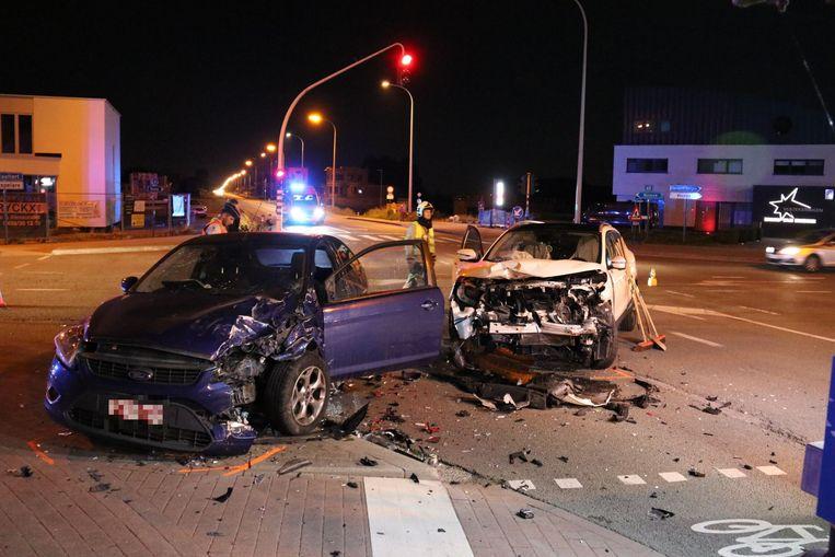 De klap tussen beide voertuigen was enorm. Een iemand raakte gewond.