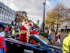 Sint in een cabrio onthaald in druk Tilburg