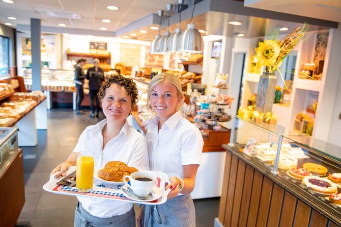 Marieke Kuipers (links) en Rosalie Baan maken het niet vaak mee dat klanten een ontbijtje bestellen, maar het kan wel bij bakker Van Otten in Enter.