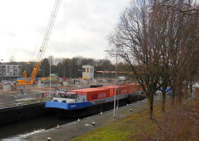 Binnenvaartschip Martie passeert oude Sluis III, op achtergrond bouwput nieuwe Sluis III