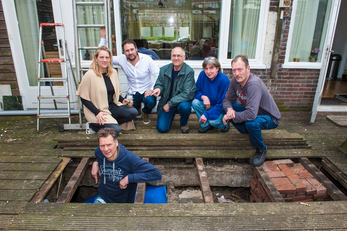 Bewoners van het Vogelplein bij de fundering van de woning van Esther Bikker (links, 46 jaar) en haar partner Dick Mourits (onder, 58). Verder, v.l.n.r.: Bastiaan van Oosten (43), Wouter de Vries (59), Marian Stamps, (60) en Alain Stamps (55).