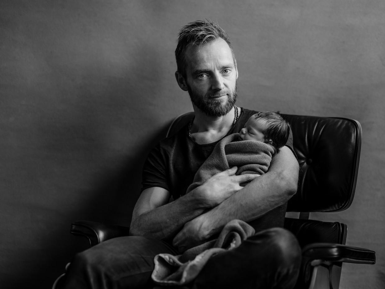 Karsten Kroon met de pasgeboren Norah.   Beeld Frank Ruiter