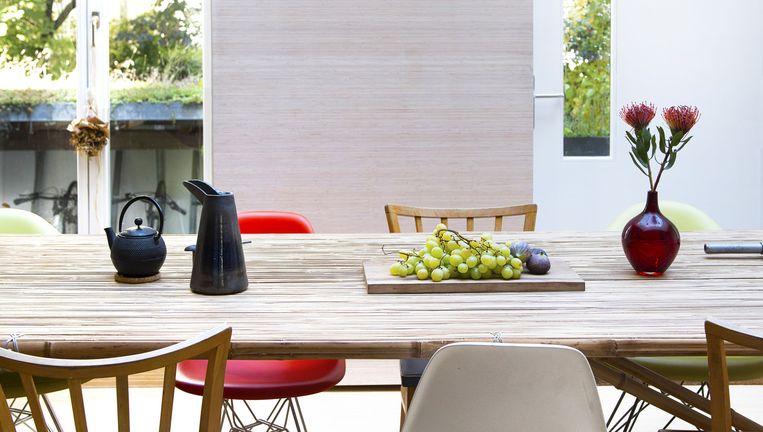 'Deze tafel hebben we gemaakt toen we in 2013 met een beurs in Rome waren. Hij is met de hand gemaakt van bamboestelen. De waterkan kregen we cadeau van goede vrienden die werken als ontwerpers. Het is een ontwerp van keramist Jacob Wiener. De theepot is Japans en gemaakt van gietijzer.' Beeld Els Zweerink