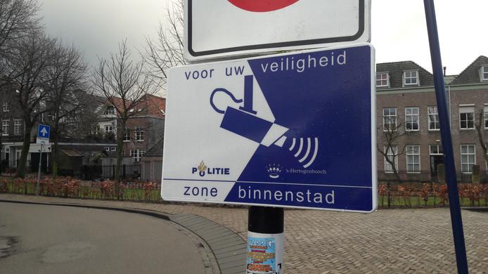Een bord waarschuwt de burgers: in Den Bosch kijkt de camera mee