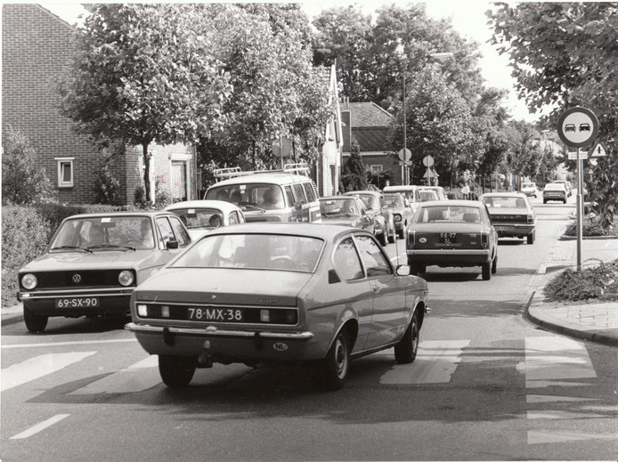 Drukte op de Wollenbergstraat in Waalre, 6 juli 1976.