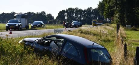 Botsing bij Vriezenveen: auto schiet door en belandt in sloot, 1 gewonde