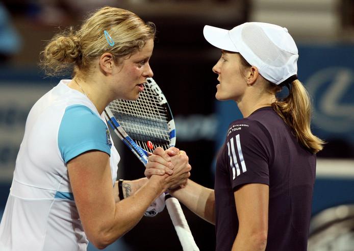 Kim Clijsters en Justine Henin schudden elkaar de hand na een partij in Brisbane in 2010.