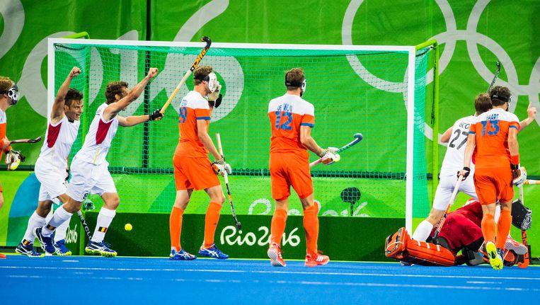 De Belgen vieren een doelpunt, de Nederlanders kijken toe Beeld anp