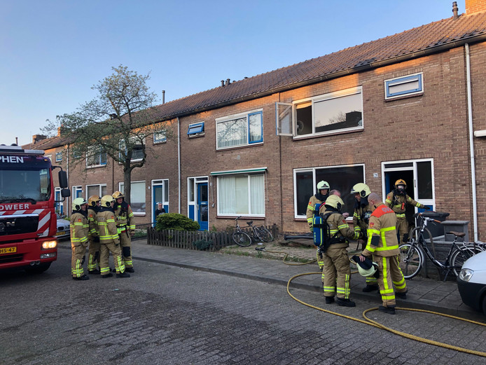 De bluswerkzaamheden zijn voorbij. De brandweer gaat over op het uitvoeren van metingen en het ventileren van de omliggende woningen.