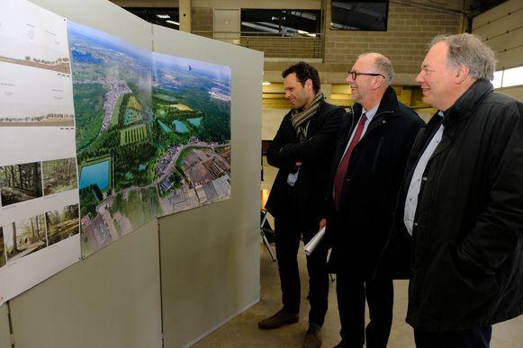 Gedeputeerden Luk Lemmens en Ludwig Caluwé kijken samen met burgemeester Jurgen Callaerts naar het nieuwe ontwerp van de Kleiputten.