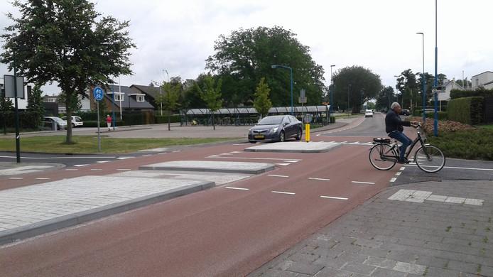 Op de fietsstraat is de auto te gast, maar deze heeft bij de oversteek wel voorrang. Onduidelijk, is de mening van verkeersdeelenmers.