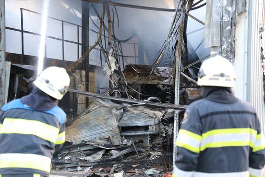 De loods in Vlijmen, verwoest door het vuur.