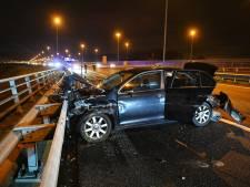 Auto komt tot stilstand tegen vangrail op A16 bij Breda, verbindingsweg afgesloten
