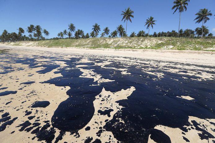 Het Lagoa do Pau strand in Coruripe (Brazilië) is volledig bezaaid met olievlekken