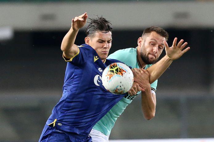 Stefan de Vrij probeert Mariusz Stepinski af te stoppen.