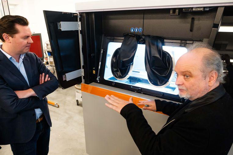 Demonstratie 3D-printer. Gedeputeerde van de provincie, Tom Vandeput.