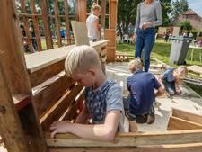 Schoolgaande jeugd in Helwijk timmert erop los