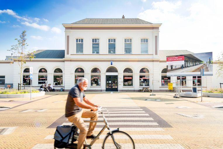 Op het treinstation van Harlingen ontmoet Anton Wachter zijn grote liefde Ina Damman. Beeld Sander Groen
