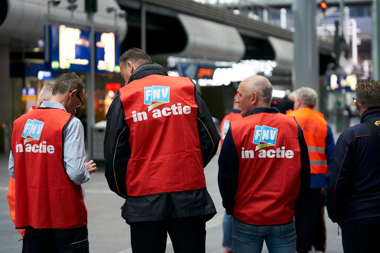 Actievoerders op een leeg station, dinsdag in Den Haag. De vakbonden wilden met een OV-staking hun pensioeneisen afdwingen.