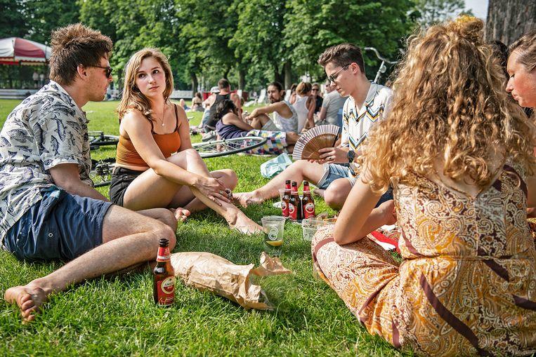 Barbeque in het Lepelenburgpark.  Beeld Guus Dubbelman / de Volkskrant