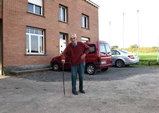 Pastoor Piet voor 'zijn' Paddenbroek. De tram krijgt een plaats naast dit hoofdgebouw.