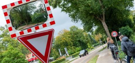 Waarom hangt er na anderhalf jaar pas één spiegel in plaats van vier langs de Heerderweg in Epe?