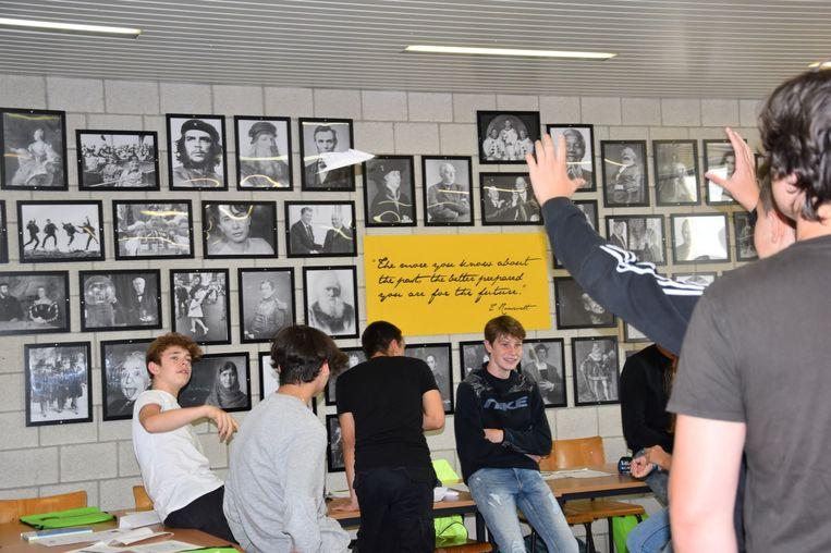 Eerste schooldag op het GO! Atheneum Denderleeuw. Enkele leerlingen maken vliegertjes van papier.