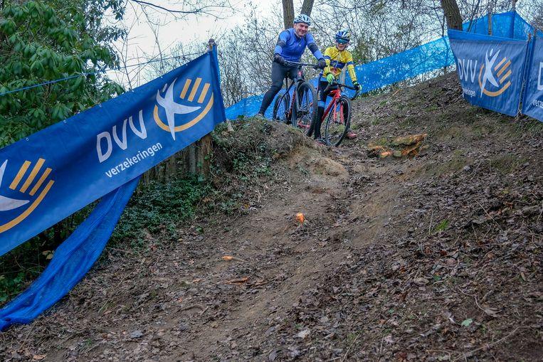 Voorbereiding cyclocross op VUB: Enkele moedigen proberen de hellingen uit.