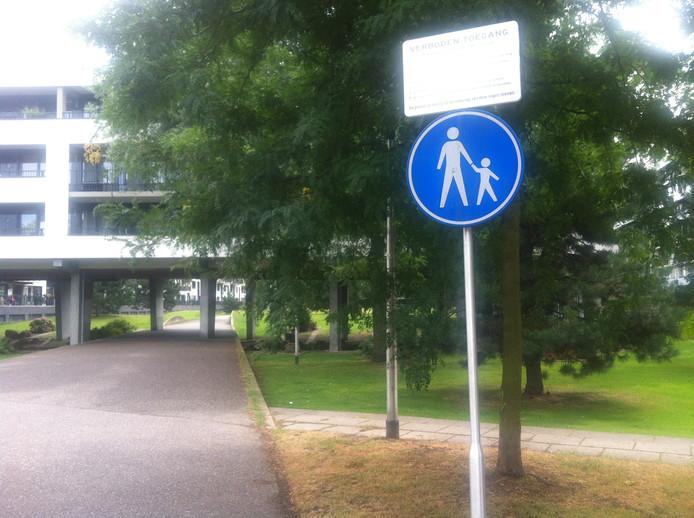 Het bord in het Allurapark waarop staat dat het park 's nachts niet betreden mag worden.