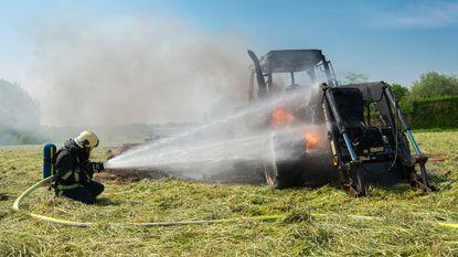 Brandende tractor veroorzaakt explosie