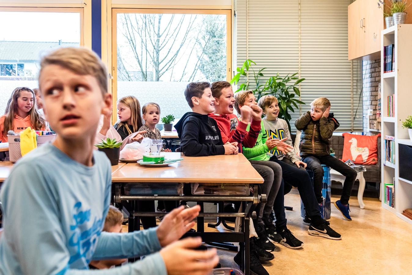 De leerlingen tellen af naar het moment dat hun film in première gaat op YouTube.