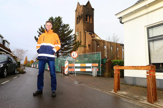 'Troubleshooter' Ronald de Jong bij de restanten van de Hoogmadese kerk.