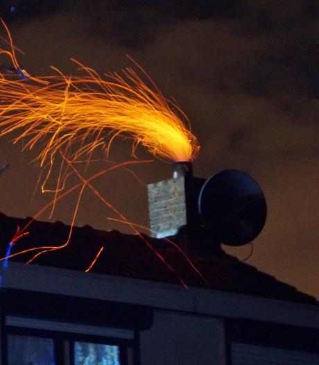 Vonken vliegen uit de schoorsteen in Zuidland