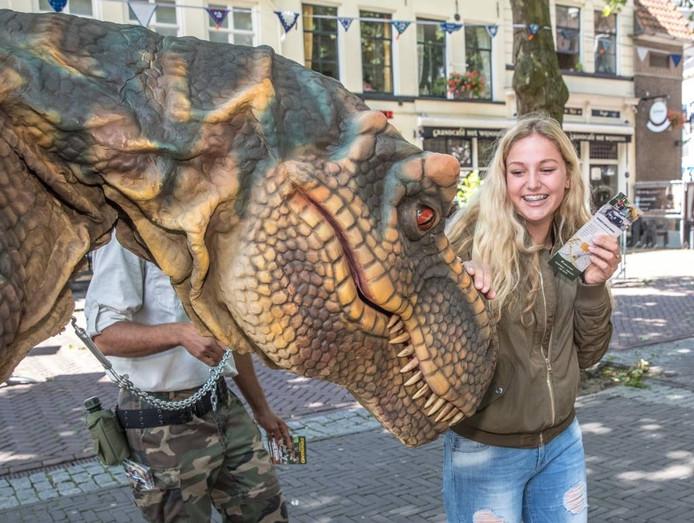 Twee dino's maken op woensdag 17 augustus de Zwolse zomerkermis onveilig. Publiek kan met ze knuffelen en deelnemen aan een dinospeurtocht over de kermis.