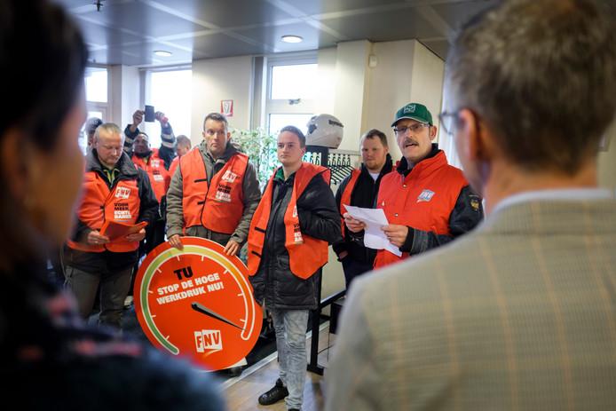 (C) Roel Dijkstra / Joep van der Pal    Werknemers van de Technische Unie  in Strijen overhandigen de directie een petitie tegen de hoge werkdruk.