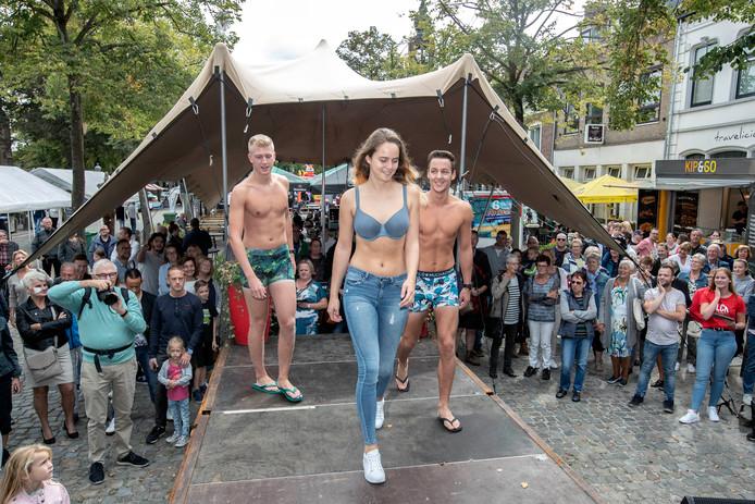 Zevenbergen - 08/09/18 - Modeshow op de Markt