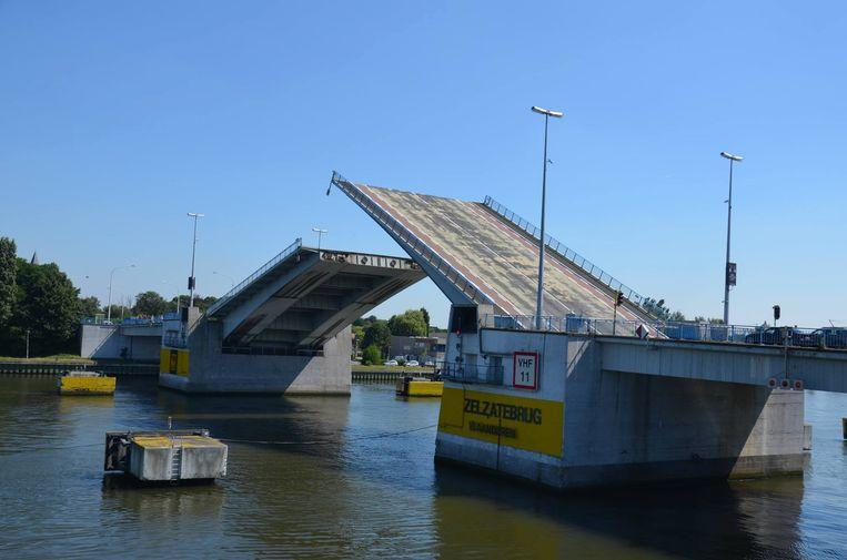 Mogelijk gaat Vlaanderen de brugklappen van Zelzatebrug toch vervangen.
