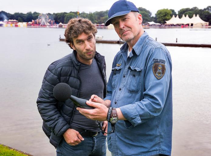 Olav Lamme (links)  en John Ruijer doen geluidsmetingen bij het Ultrasonic muziekfestival bij de Maarsseveense Plassen.