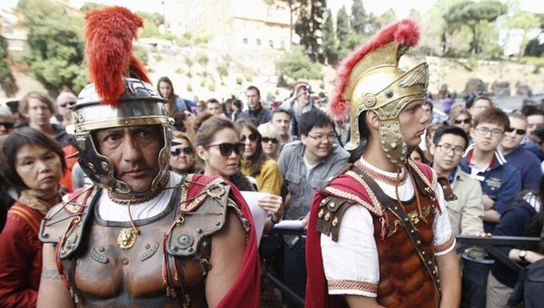 Als gladiator verklede mannen voor het Colosseum in Rome. Beeld reuters