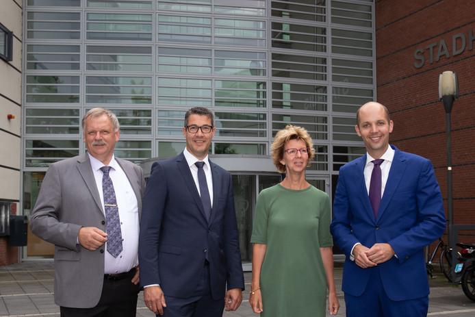 De nieuwe wethouders van Kampen zijn maandagavond benoemd: vlnr Albert Holtland (GBK) Jan Peter van der Sluis (CU) Irma van der Sloot (GL) en Geert Meijering (CDA).