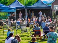 Barneveldse kerk houdt dienst buiten: 'Hier mag je wél meezingen'
