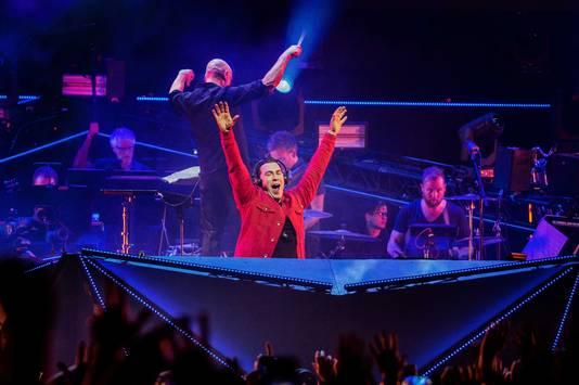 DJ Hardwell en het Metropole Orkest tijdens een optreden in de Ziggo Dome, als onderdeel van het Amsterdam Dance Event.