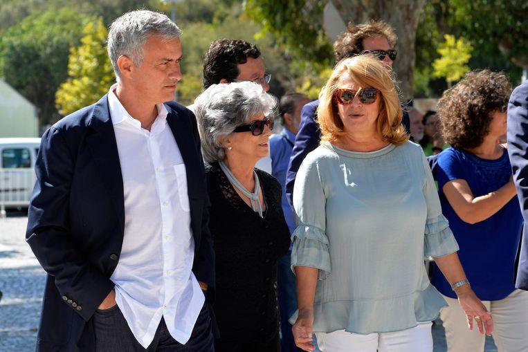 'Ze Mario' samen met zijn moeder Maria Julia Santos en burgemeester Maria das Dores Meira (r).