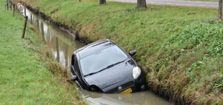 Auto belandt in sloot in Well