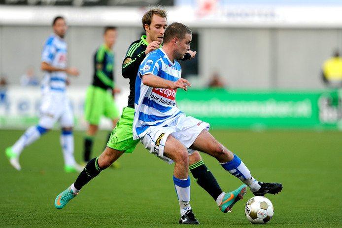 """Joey van den Berg, op de foto uit 2012 als PEC Zwolle-speler in duel met voormalig Ajacied Christian Eriksen, bevindt zich inmiddels in de nadagen van zijn loopbaan. ,,Er breekt een interessante periode voor me aan. Het klinkt cliché, maar mijn leven begint nu pas."""""""