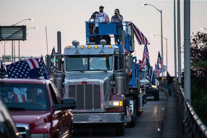 Een konvooi van Trump-aanhangers reed zaterdag door Portland, wat leidde tot opstootjes tussen aanhangers van de president en linkse betogers.