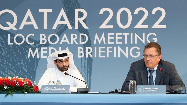 Secretaris-generaal Jerome Valcke (R) van de FIFA en Hassan al-Thawadi hoofd van het Qatarese organisatiecomité. Beeld afp