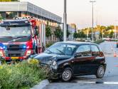Vrouw botst met auto op lichtmast in Tilburg en wordt aangehouden