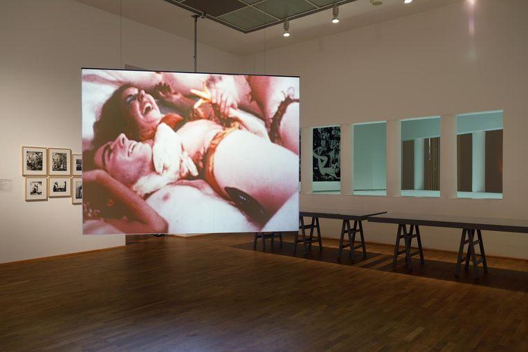 Projectie van Meat Joy (1964) in Frankfurt. Beeld Axel Schneider