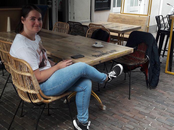 Karlijn van Oss op het terras van restaurant Noemme.